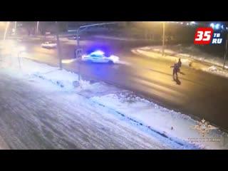 Приняли удар на себя: в Череповце сотрудники ДПС защитили пешеходов от наезда лихача