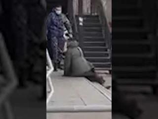 Охранники избивают человека в центре Улан-Удэ