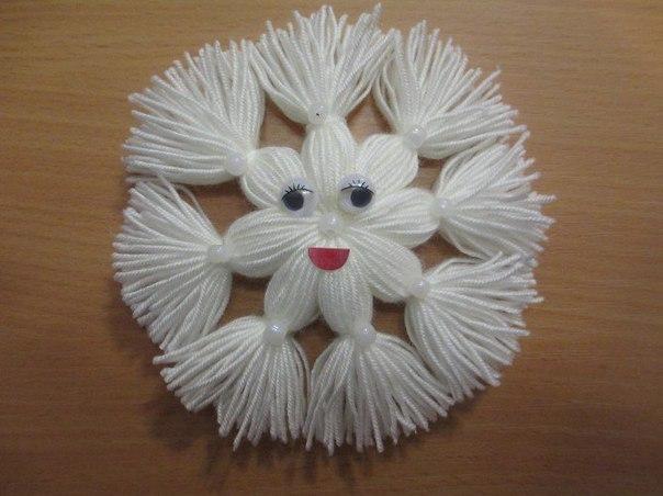 Снежинка из пряжи  Для изготовления веселой новогодней снежинки нам...