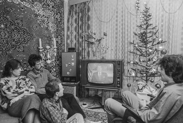 Семья инженеров Самородских и их гости слушают обращение президента США Рональда Рейгана, переданное по советскому телевидению