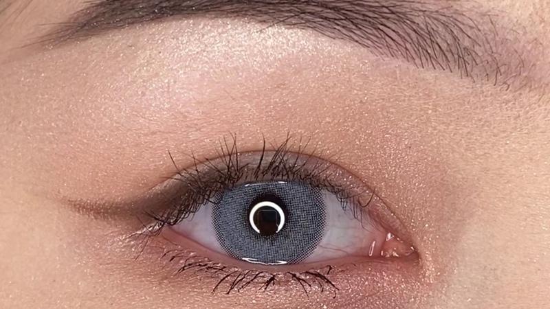 Цветные линзы ILLUSION glow blue голубой на темных глазах ILLUSION Линзы нового поколения