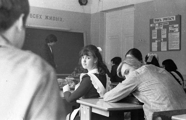 Почему я вспоминаю школу со смехом и нежностью Школа лучшее, что было у меня в жизни.Вы скатывались по деревянным перилам с четвертого до первого этажа Нет. Значит, у вас ничего не было. А я