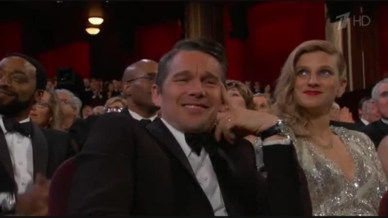 Люпита Нионго вручает Оскар лучшему актёру второго плана (Оскар 2015)