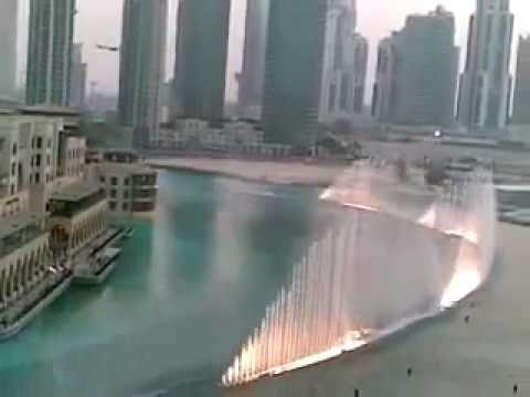 Фонтан около небоскрёба Бурж Халифа в Дубае