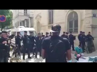 Группа полицейских поддержали авациями митингующих против жёстких мер модного гриппа. Франция.