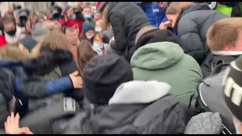 Навальнисты скинули силовика на асфальт mp4
