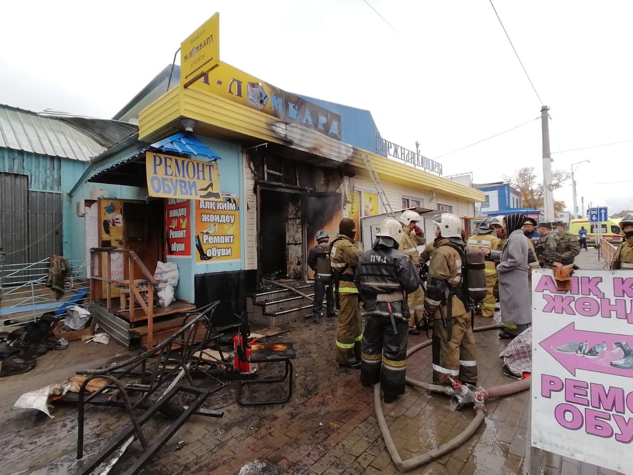 Около 60 человек экстренно вышли на улицу из соседних зданий, чтобы не задохнуться: подробности пожара в Костанае 2