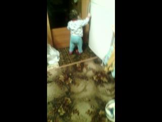 Оля бегает и падает