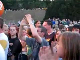 Странный парень из Польши отрывается на концерте