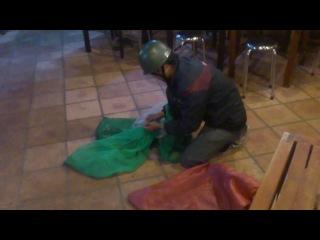 во Вьетнамском кафе змеелов привёз только что пойманную змею. снимала я !!!  на всякий случай залезла на стул ))))