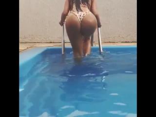 Claudia Alende голая в бассейне  hot girl perfect ass   грудь сиськи попа эротика секс эротика