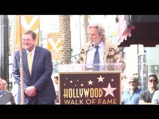 Джефф Бриджес в образе Чувака поздравил Джона Гудмана получившего звезду на голливудской «Аллее славы»