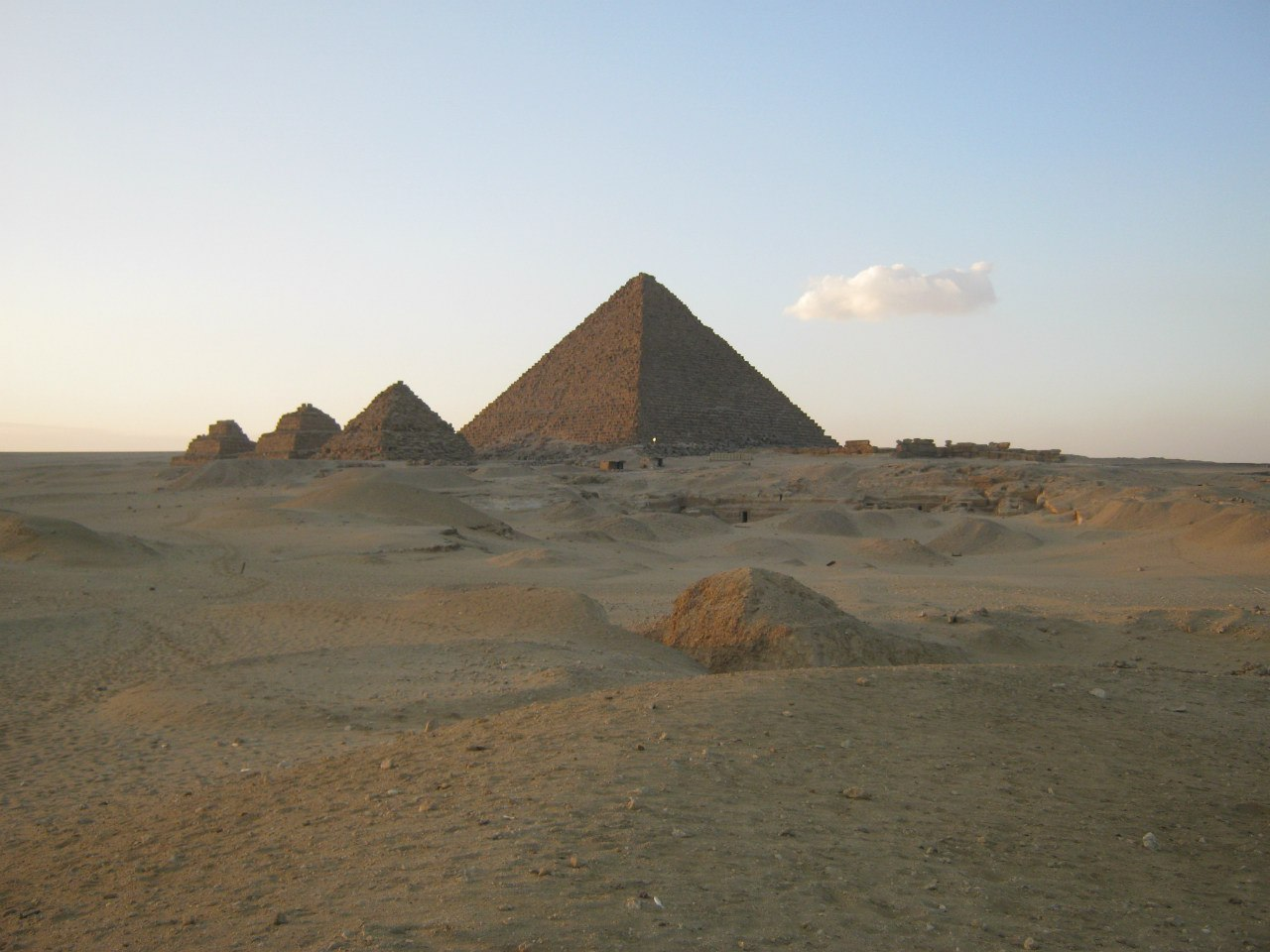 Пирамида Микерина в комплексе пирамид Гизы