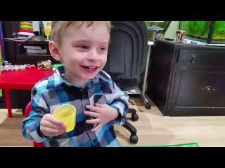 Ребенок пьет стопариками, A child drinks from a cup, A barnet drikker fra en kopp