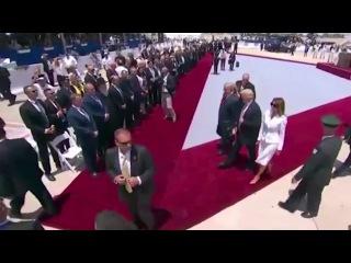 Милые бранятся. Мелания отшвырнула руку Трампа во время официального визита