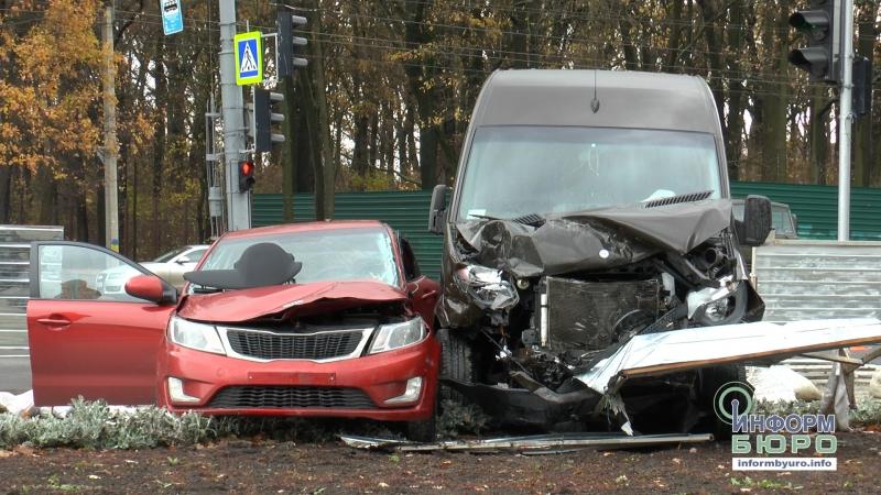 Mercedes-Benz і KIA знесли паркан біля Меморіалу