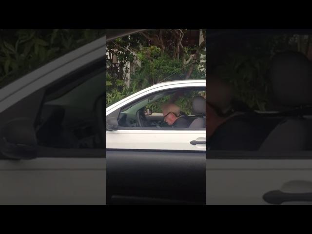 Tiozão enlouquecendo sozinho no carro ao som de Metallica