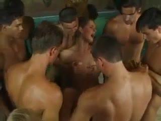 Жесть11 парней трахают девушку,а ее подруга смотрит и дрочит.