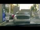 Электромобиль на заправке. Блондинка и машина Тесла Tesla на заправке.