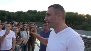 Віталій Кличко: вандали пошкодили скло на пішохідно-велосипедному мосту