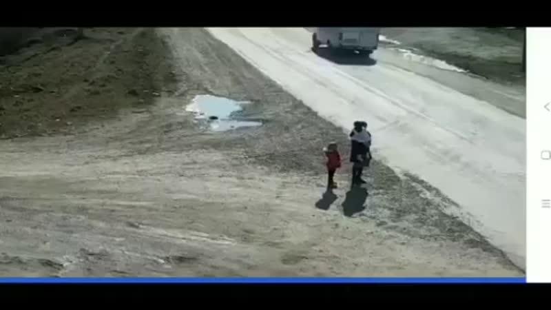 в селе Чонтаул молодой парень 14 лет угнал машину у отца и задавил женщину с детьми. По нашей информации вроде все живы.