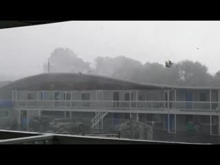 Торнадо сносит крышу отеля в городке Уэст Ярмут ( Массачусетс, США, )