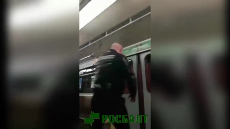 Халк разбивает окно в метро