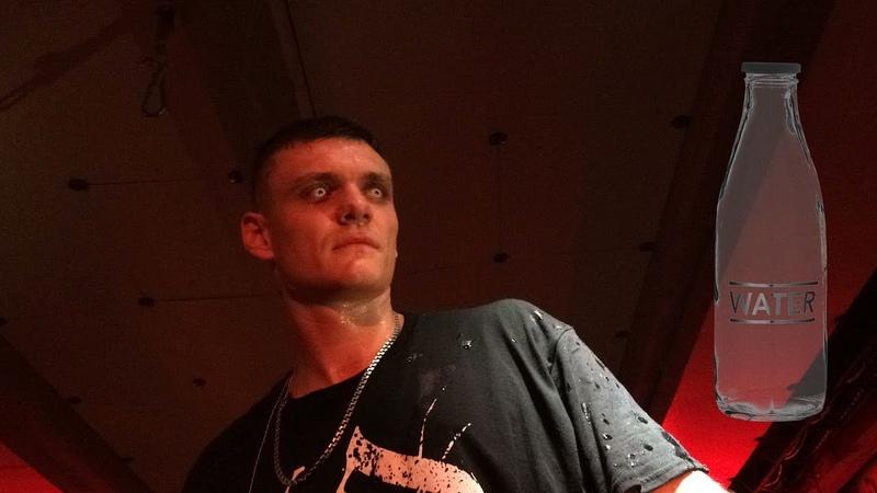 Обрызгала водой Тони Раута на концерте в Волгограде BADPazific