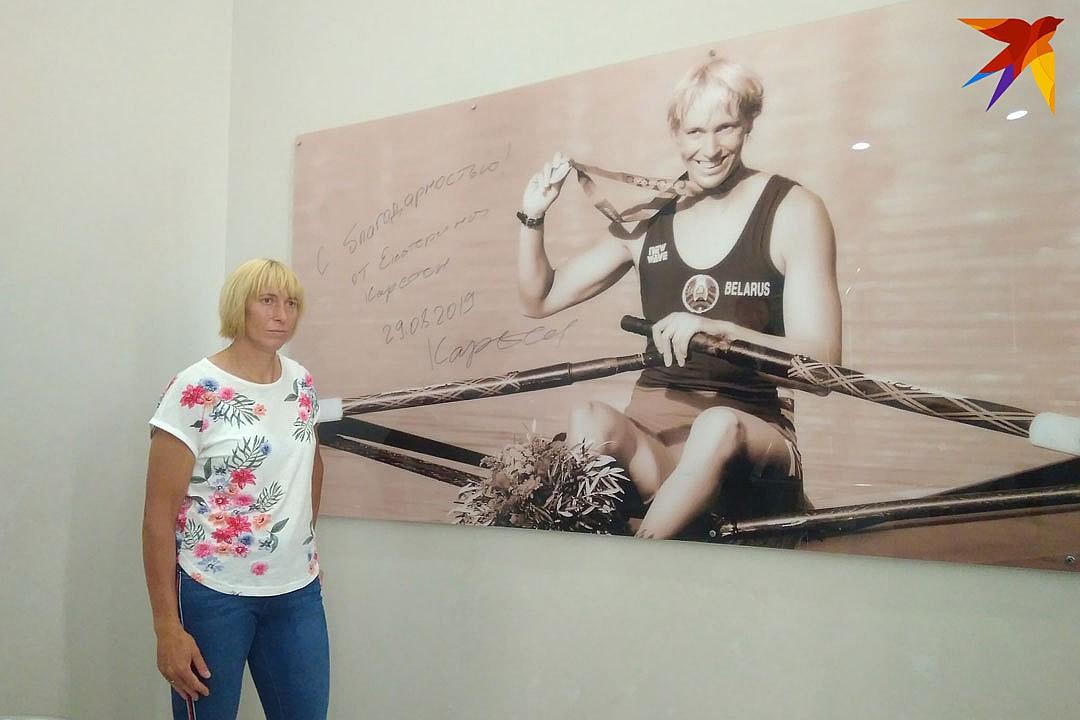 Екатерина Карстен в штаб-квартире Национального олимпийского комитета подписала постер со своим изображением. Фото: Владимир КРИУЛИН