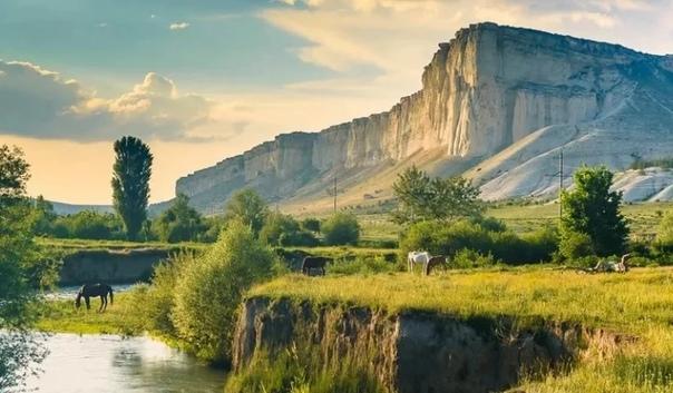 Где живет Змей-Горыныч Крымские легенды. Белая скала. Сегодня Крым приобретает все большую популярность среди туристов, что вполне заслужено. Обладая богатой историей, величественными пейзажами