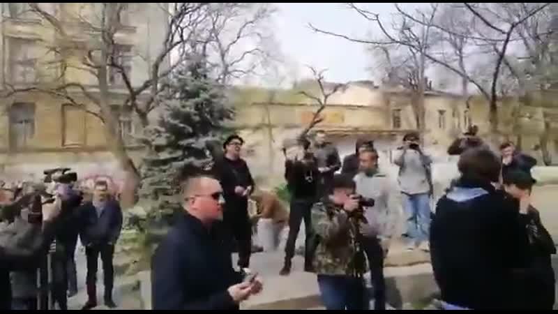 Торжественно с помпой встречает Одесса глашатая майдана Мустафу Внаёма орошая его лысину