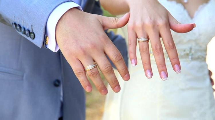 Супруга бросила обручальное кольцо в мужа, а подобрал его общий знакомый