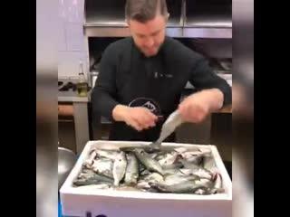 Чудеса с рыбой показывает виртуоз кулинар