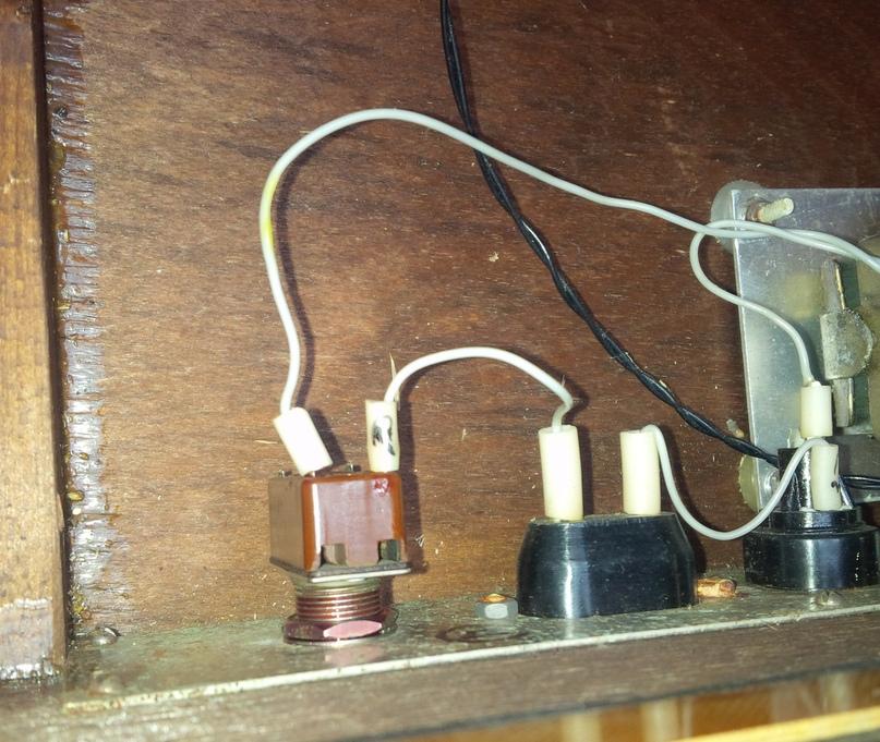 Ветеран-выключатель успешно вписался в синтезатор, законтрен красным ЦАПОН-Лаком.