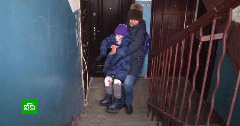 Брянская мать-одиночка годами воюет с чиновниками за пандус для дочери-инвалида