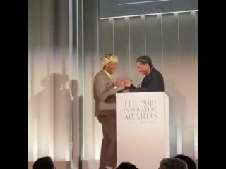 A$ap rocky вручил tyler, the creator награду «музыкальный инноватор года»