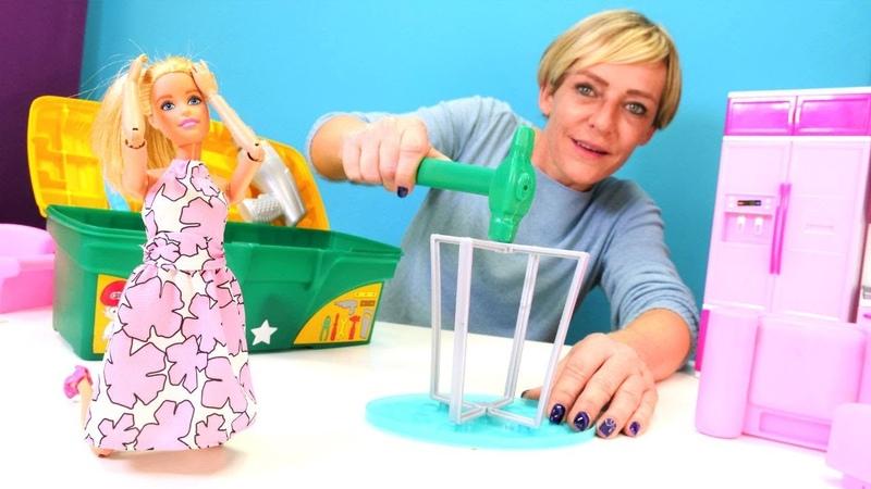 Barbie yeni mobiya alıyor. Barbie'nin evinde tamircilik oyunları