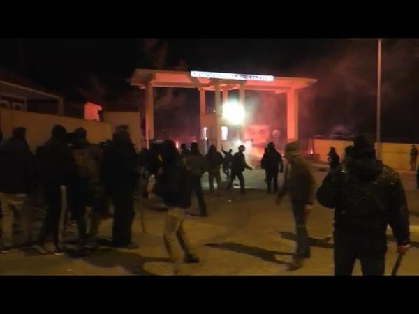Eskalation auf Lesbos Heftige Proteste gegen Migrantenlager Hunderte greifen Militäranlage an