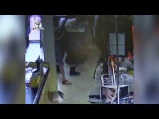 В Уфе попало на видео то, как вор утаскивает банкомат