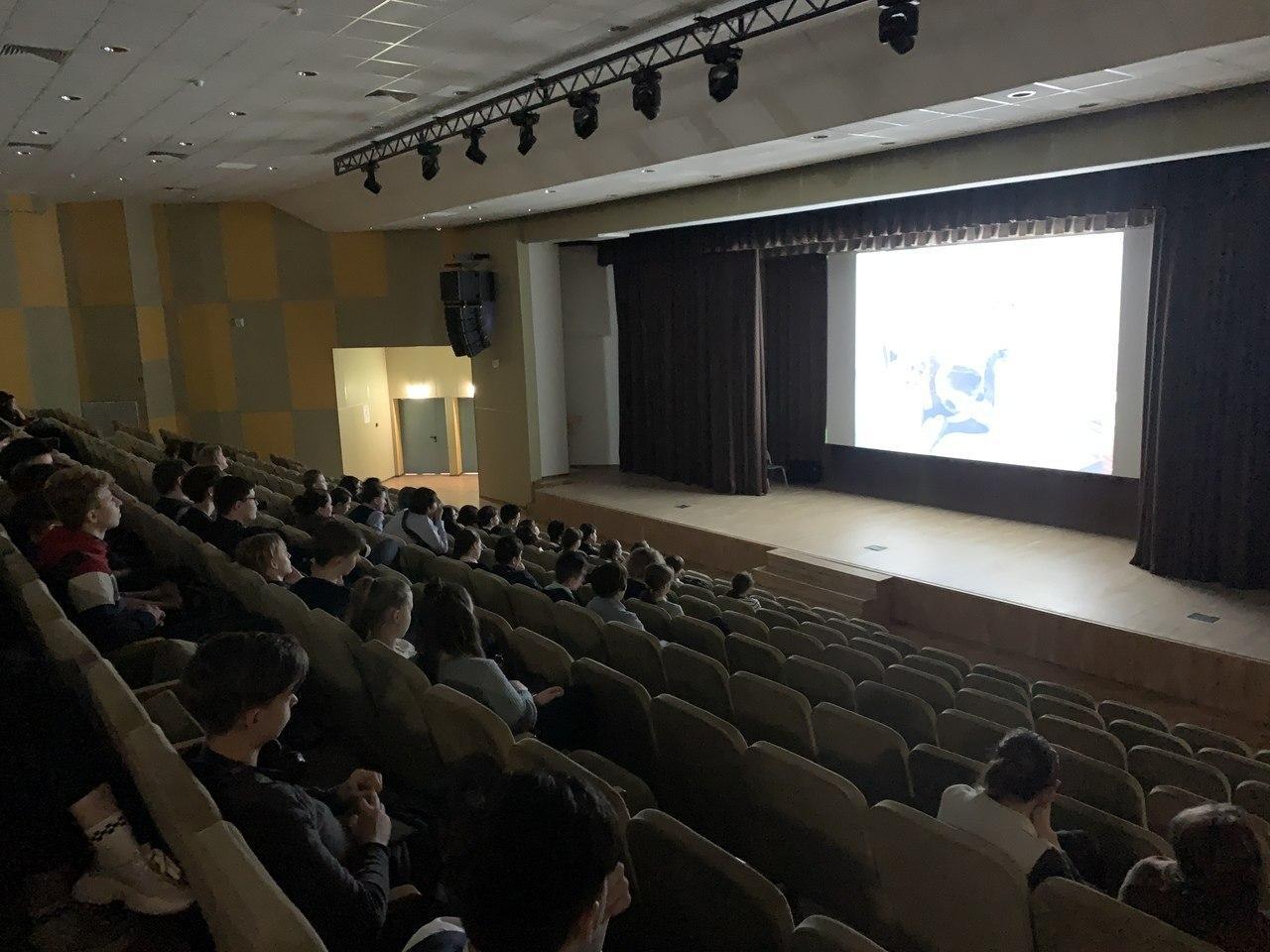 Учащиеся школы № 2048 посмотрели фильм «Формула любви»