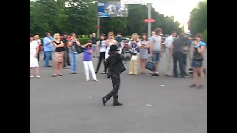 Женева танцует у кинотеатра Космос 2010г.