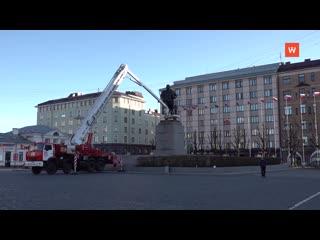 Сегодня утром в Выборге мыли памятник Ленину на Красной площади