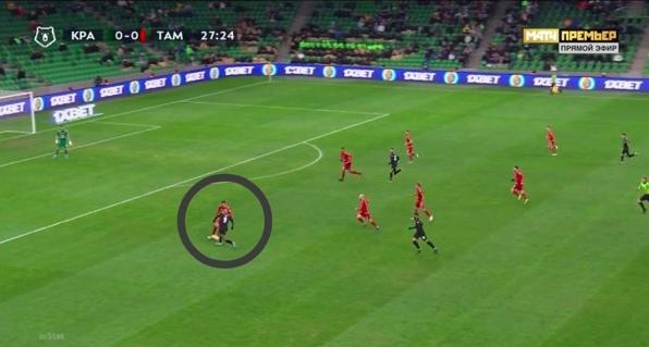 В момент приема мяча нападающим Осипенко выставляет правую ногу и без особых проблем совершает отбор.