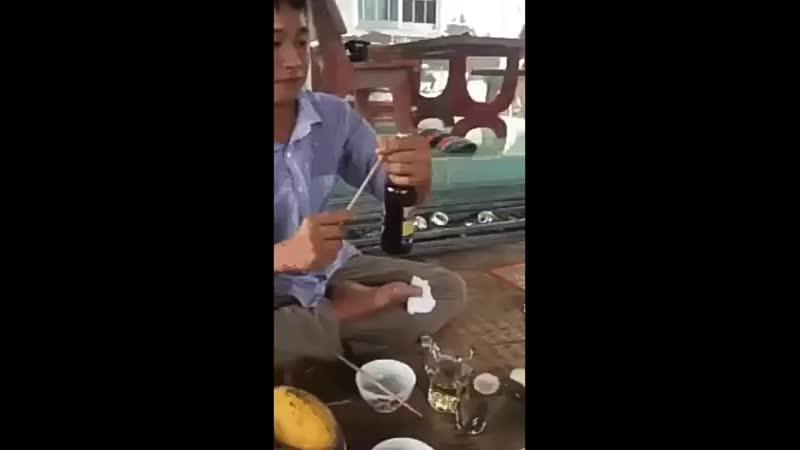 Проткнул руку открывая бутылку