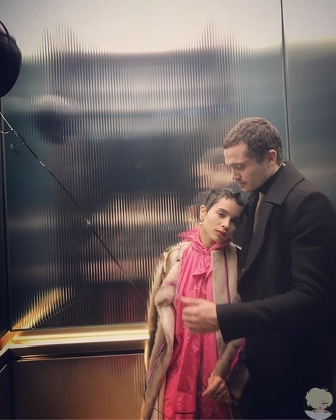 Зои Кравиц и Карл Глусман В 2016 году Зои Кравиц начала встречаться с Карлом Глусманом. В октябре 2018 года Кравиц объявила об их помолвке. 29 июня 2019 года они поженились в доме отца Зои,