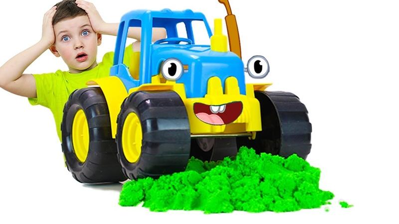 Мальчик и синий трактор убирает песок и спасает город игрушек Видео про трактор для детей