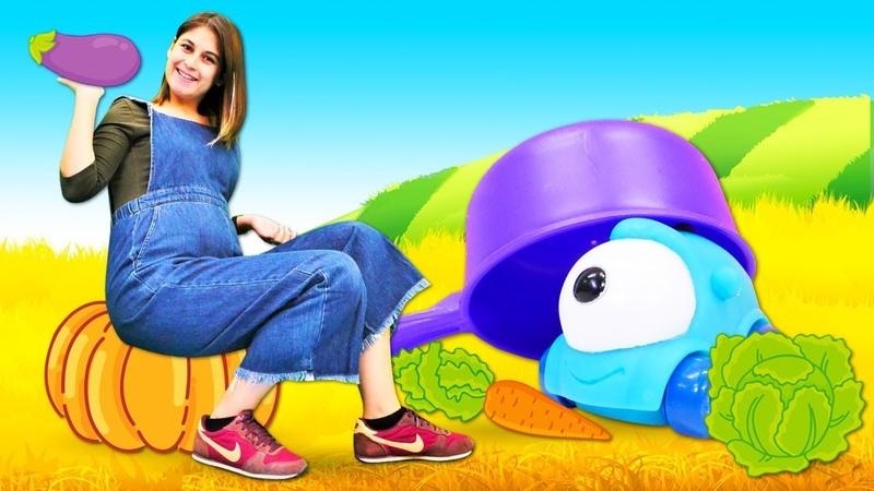Oyuncak arabalar Ayşenin oyuncak kreşinde sebze öğreniyorlar ve ekiyorlar