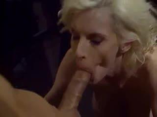 Ретро порно  худющая блондинка делает страстный глубокий минет
