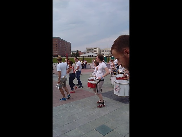 Группа бразильских карнавальных барабанов РИО Батукада