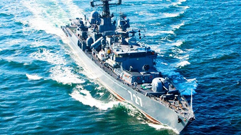Российский фрегат дал пинок под зад американскому авианосцу Гарри Трумэн и прогнал из порта Омана
